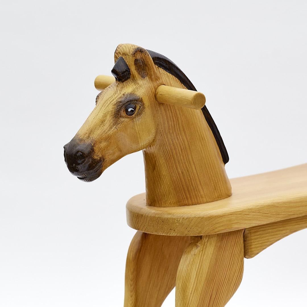Cavallo a dondolo in legno di colore giallo, testa
