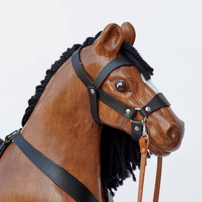 Grande cavallo a dondolo in legno con imbracatura in pelle per bambini da 2 anni in avanti– mantello baio, con il dettaglio della testa