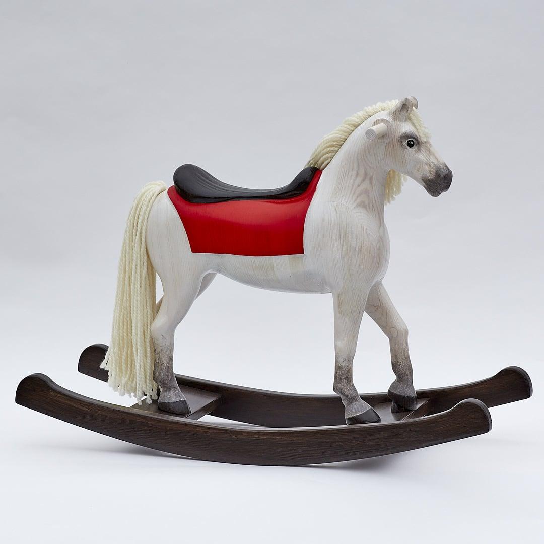 Esclusivo cavallo a dondolo in legno in colore bianco con sella e imbracatura in cuoio