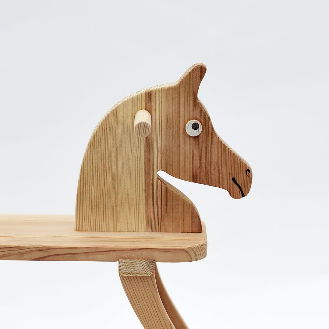 Cavallo a dondolo semplice e accessibile a tutti